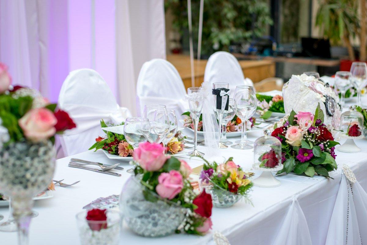 Mooi opgemaakte bruiloft tafel met feestsfeer voor bruiloft door Saffraan Catering