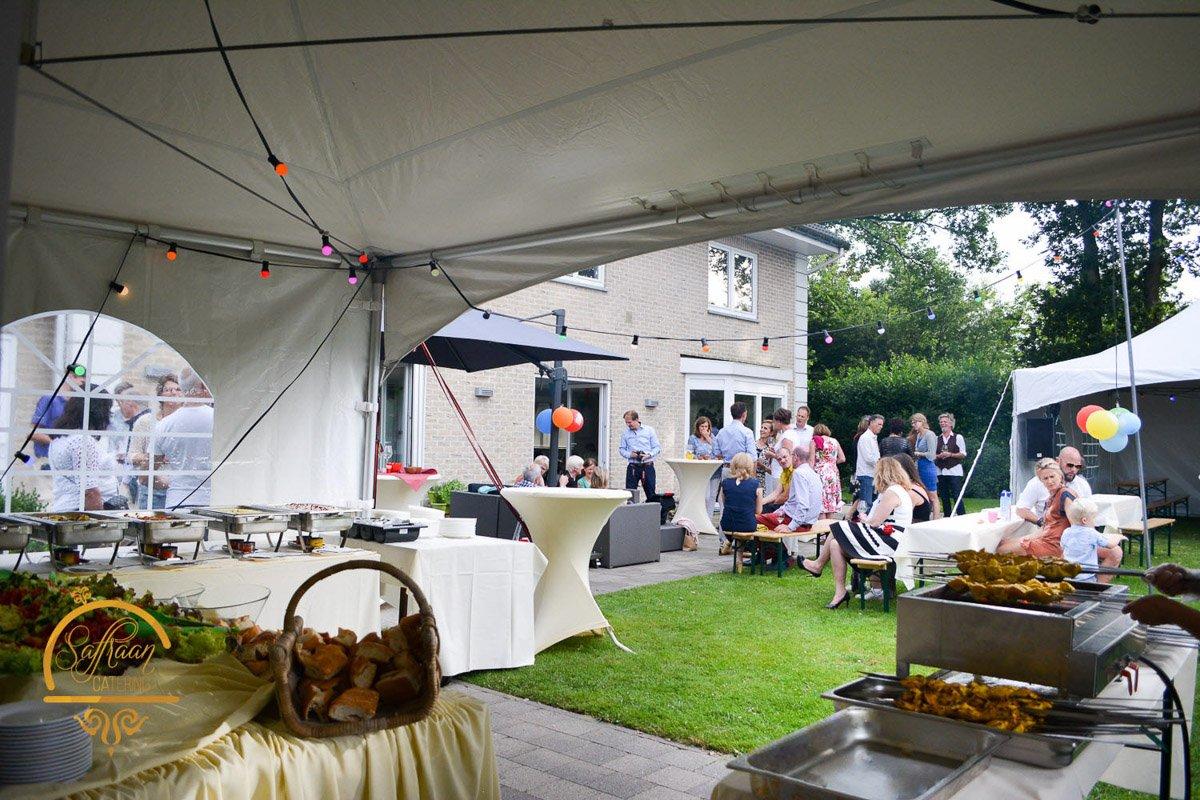 Tuinfeest buiten met tent en buffet catering door Saffraan Catering