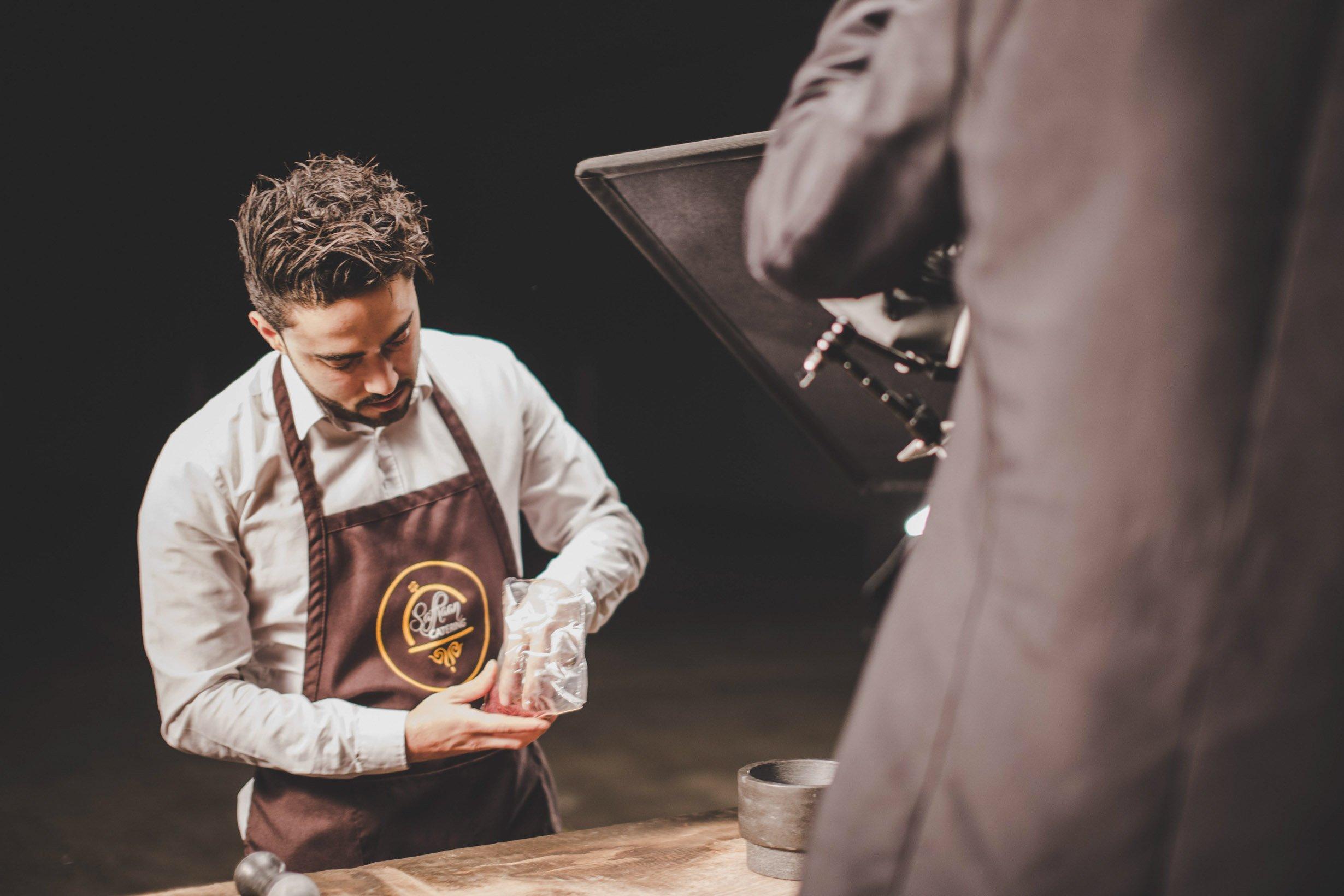 Saffraan Catering visie film shoot aan buffet tafel
