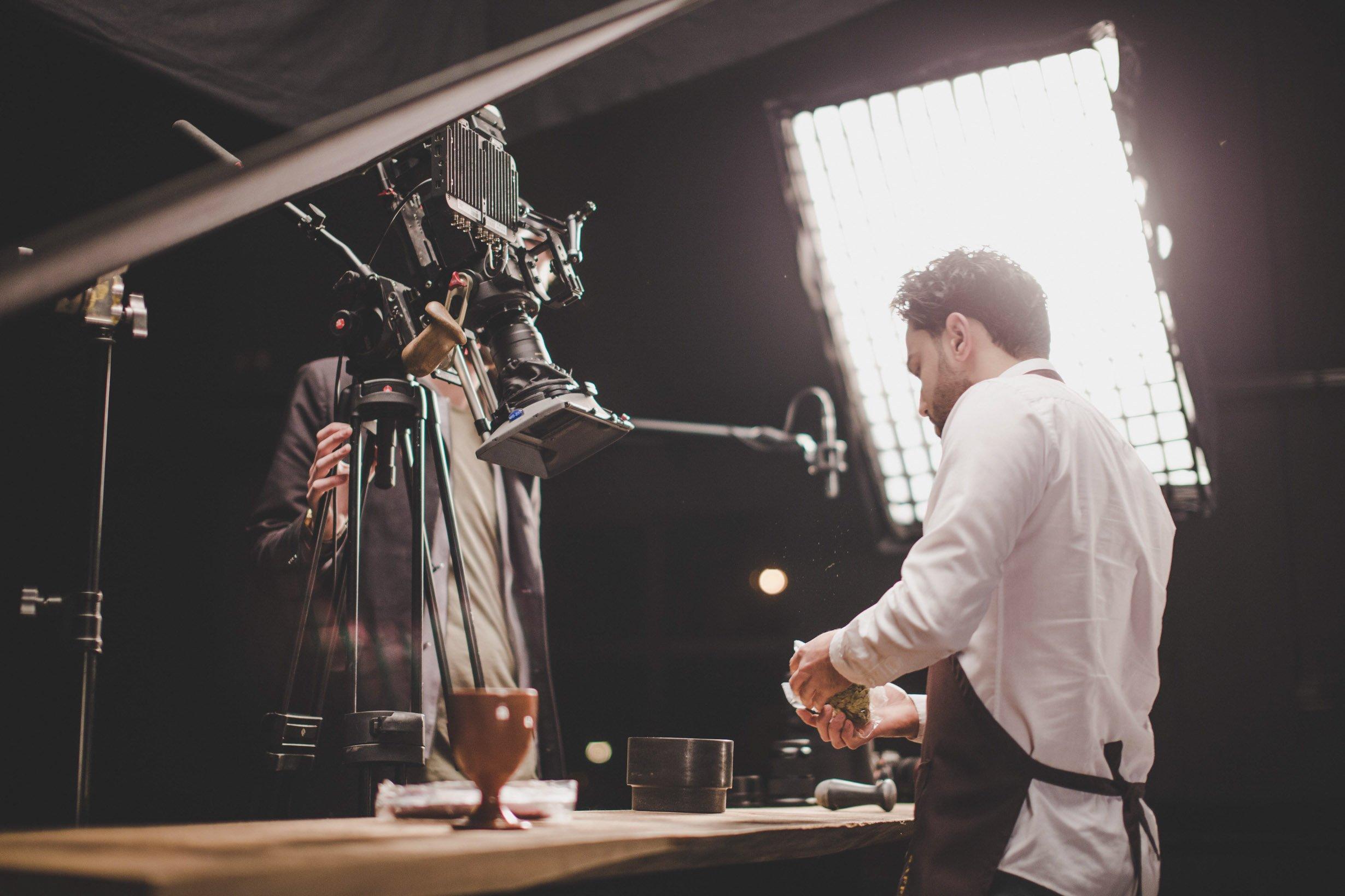 Saffraan Catering visie film shoot aan buffet tafel-6